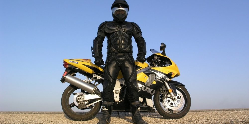 Faut-il porter une combinaison de moto pour se déplacer ?