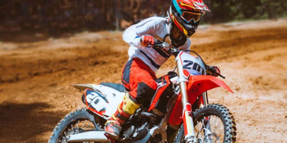 Décorer sa motocross à l'aide de kits déco